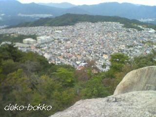 八畳岩から、美鈴が丘をながめる