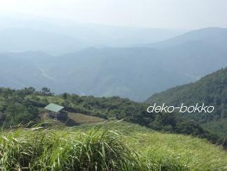 深入山 山頂から小屋をのぞむ