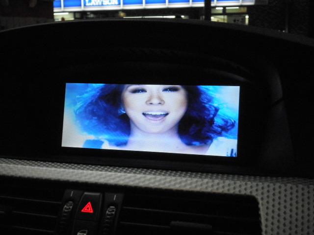 BMWのI-DRIVE画面でDVD映像をご覧になれます。
