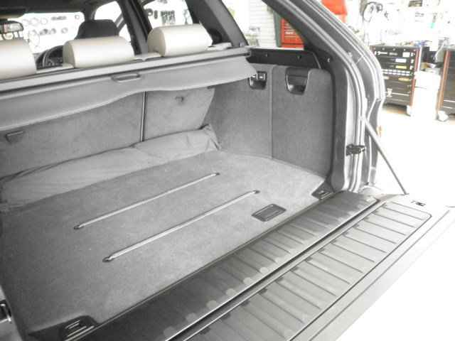 BMW X5(E53型)のDVD本体はトランクへ設置