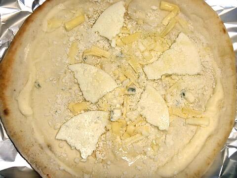 ピザレボの「クワトロフォルマッジョ・ビアンカ」 焼く前