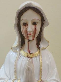 聖母マリア像の目から血がにじみ出す