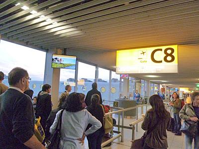 スキポール空港で搭乗待ちの列