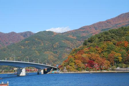 河口湖ほとりから大橋を望む2
