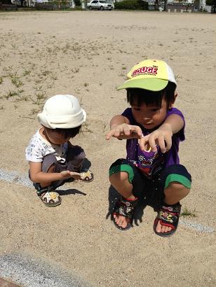 公園で砂遊び