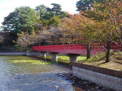 西岸の赤い橋