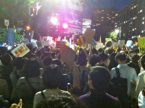 2012-6-29+19-47-54+茱萸坂(ぐみざか)封鎖!総理官邸前交差点付近+_convert_20120630180824