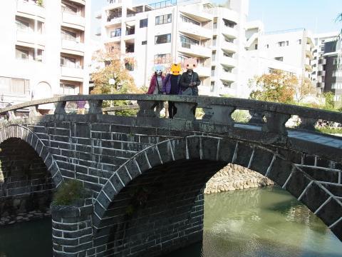 眼鏡橋の上で