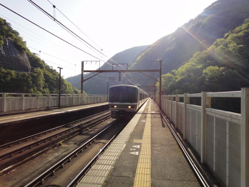 保津峡駅を出発