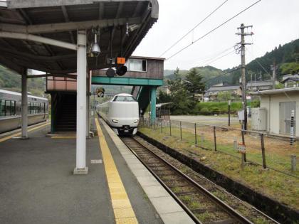 特急列車待ち合わせ