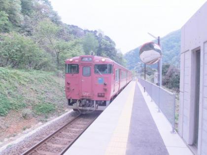 餘部駅に到着する上り列車