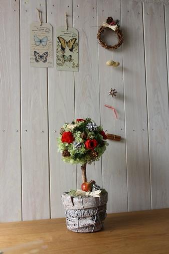 プリザーブドのトピアリーと板壁