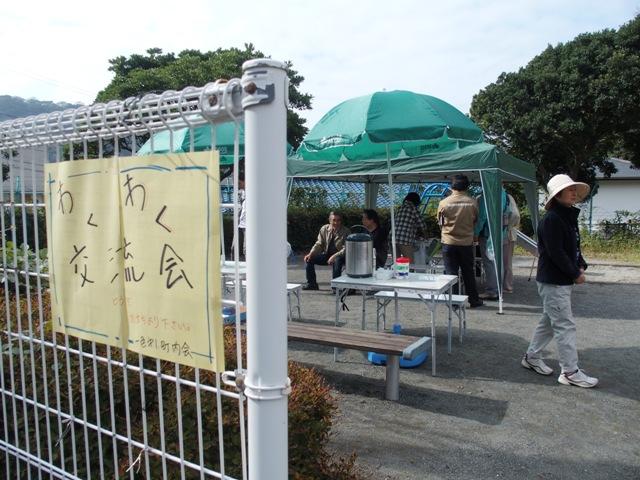 町内会、民生委員、住民が協力し合い、テントを設営。