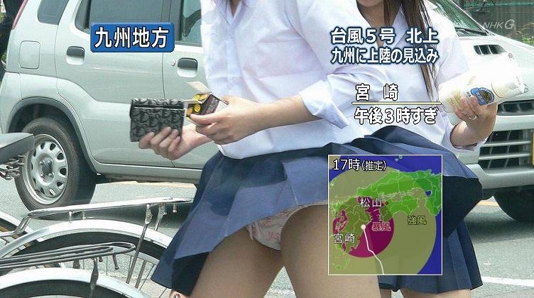 台風の強風でパンチラした女子高生