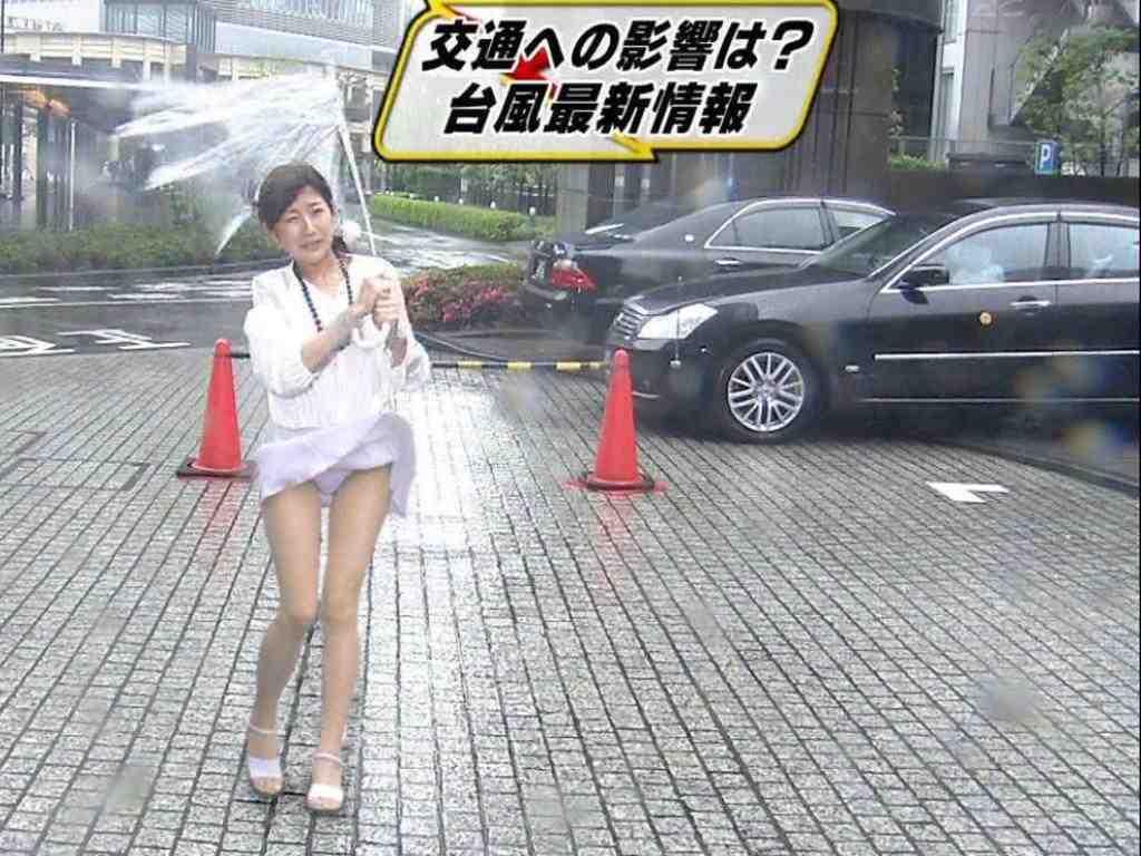 台風中継でパンチラした女子アナ