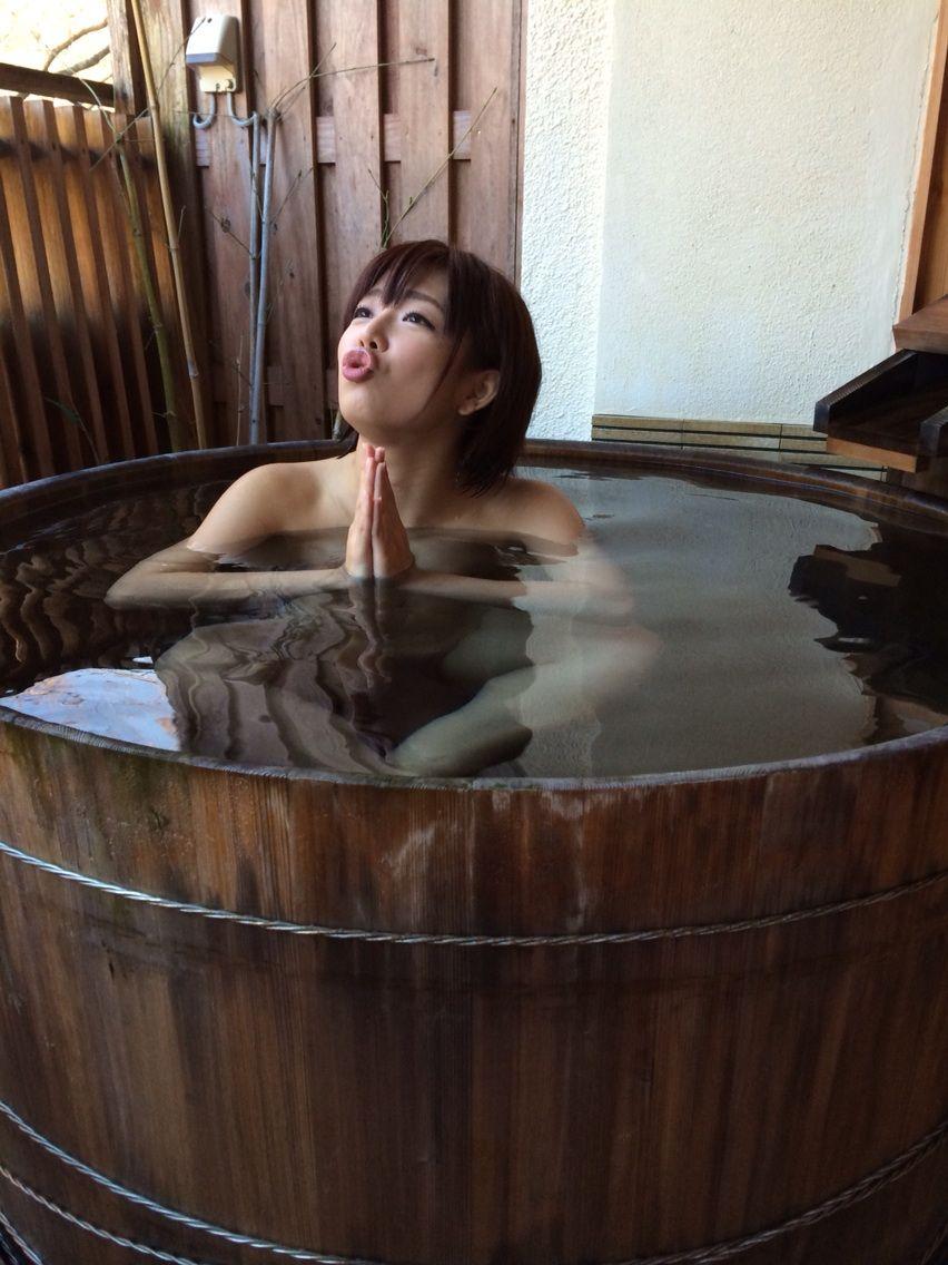 イメージDVDの撮影で温泉に入る紗倉まな