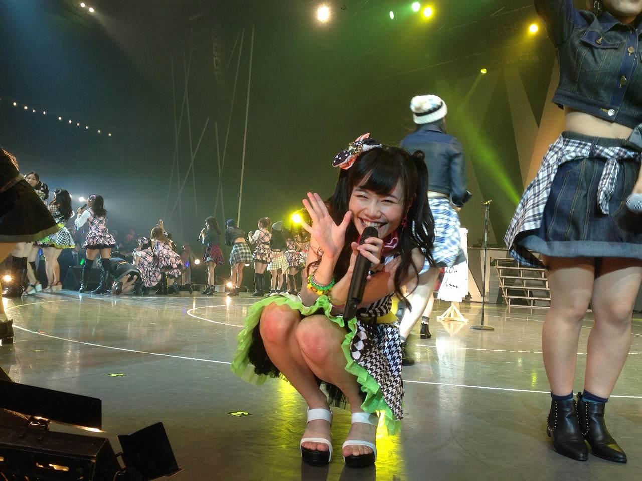 AKB48横浜公演でしゃがみ込んだメンバーがパンチラ