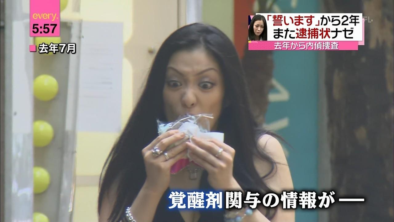 食べながら歩く小向美奈子