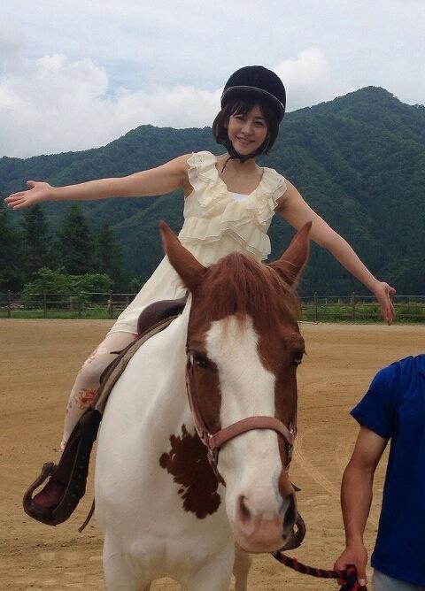 乗馬するさとう珠緒の二の腕
