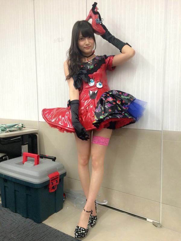 美脚ハイヒールコスプレをしたAKB48の入山杏奈