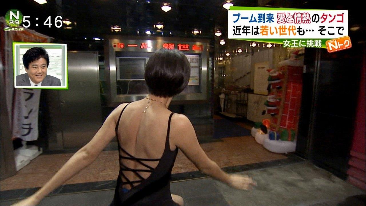 ニュース番組の取材で背中が大きく開いたセクシーなタンゴの衣装を着る小林由未子アナ