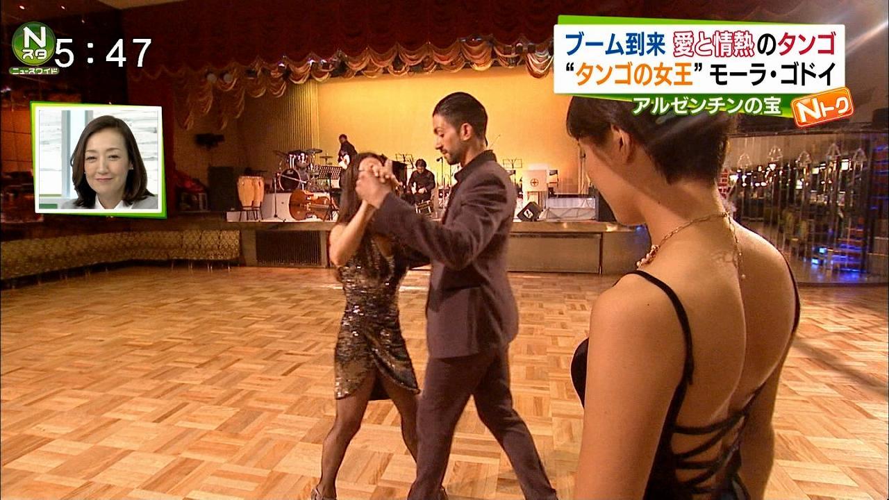 ニュース番組の取材でタンゴに挑戦するTBSの小林由未子アナ