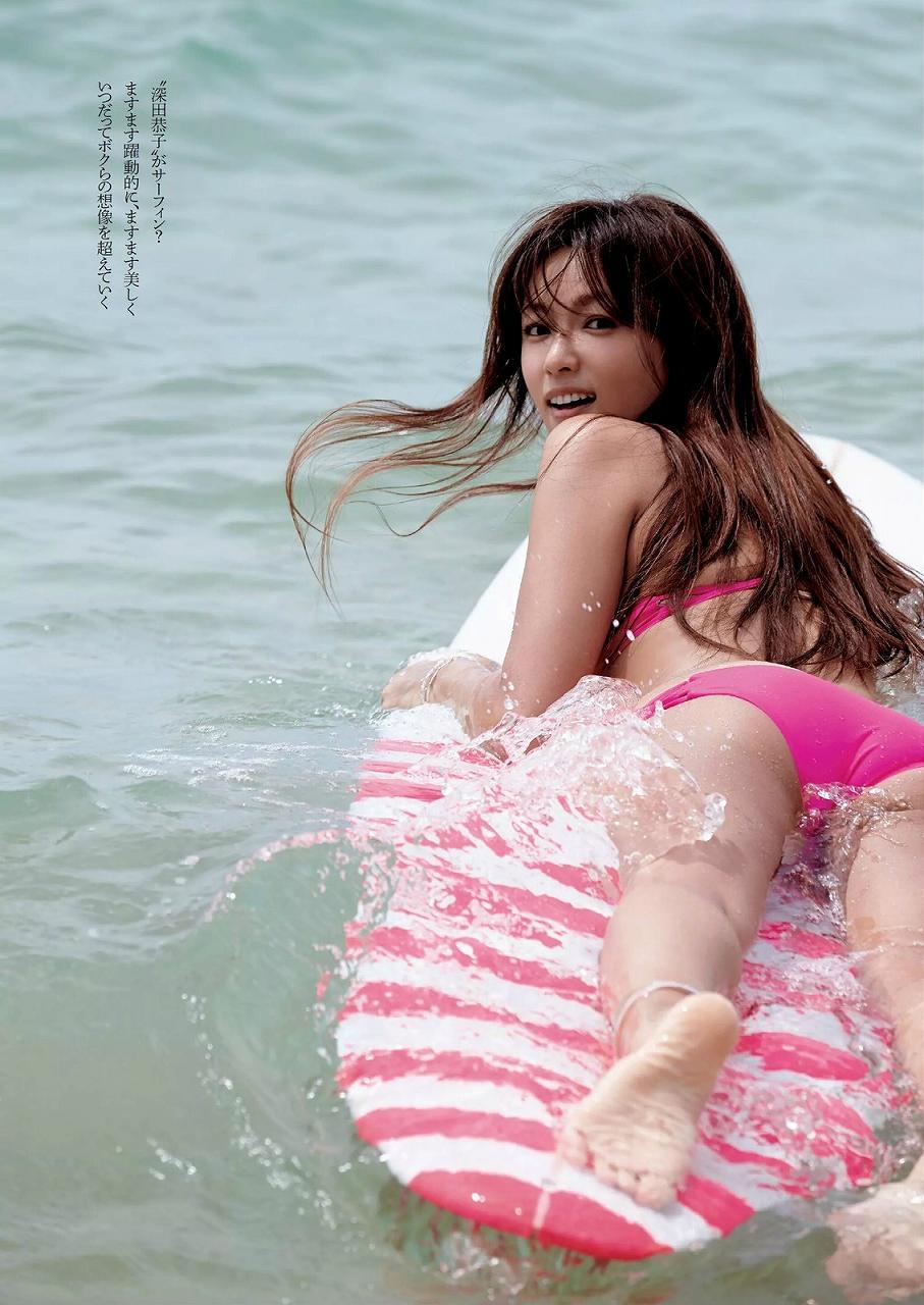 白いビキニでサーフィンをする深田恭子