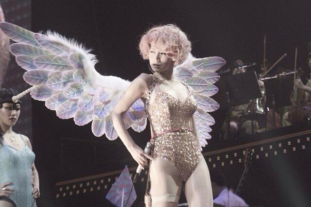 ステージでハイレグの衣装を着た椎名林檎