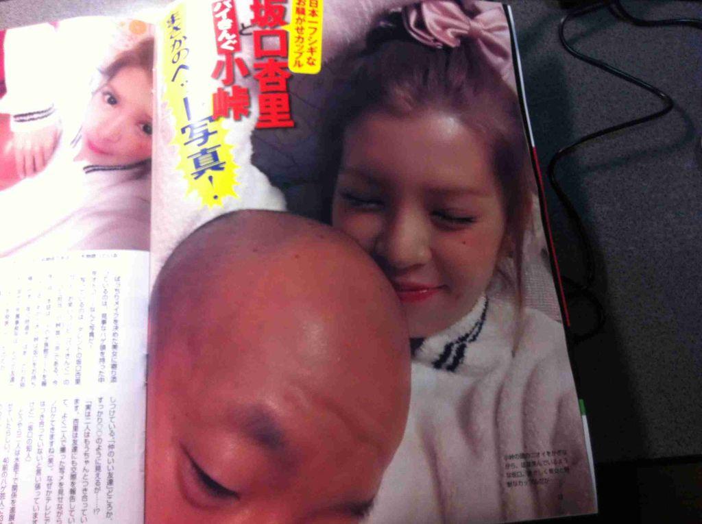 フライデーに掲載される坂口杏里とバイきんぐ小峠のベッド写真