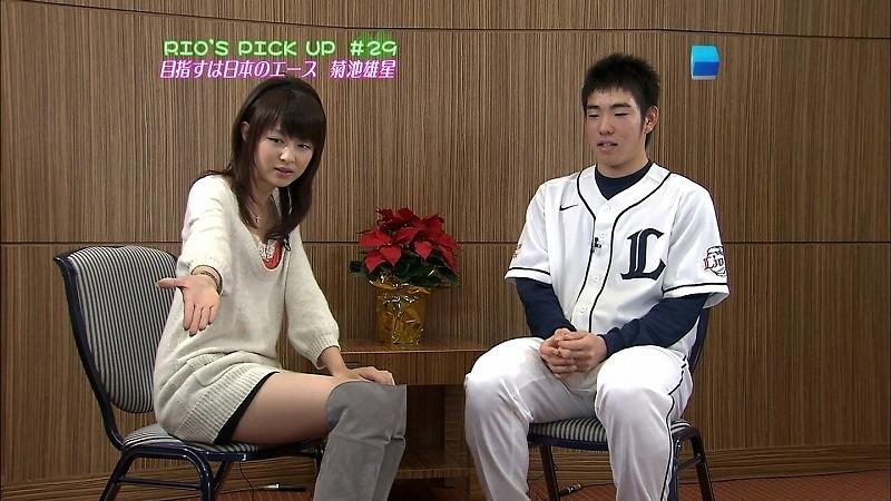 セクシーなショートパンツ姿で菊池雄星にインタビューする平井理央