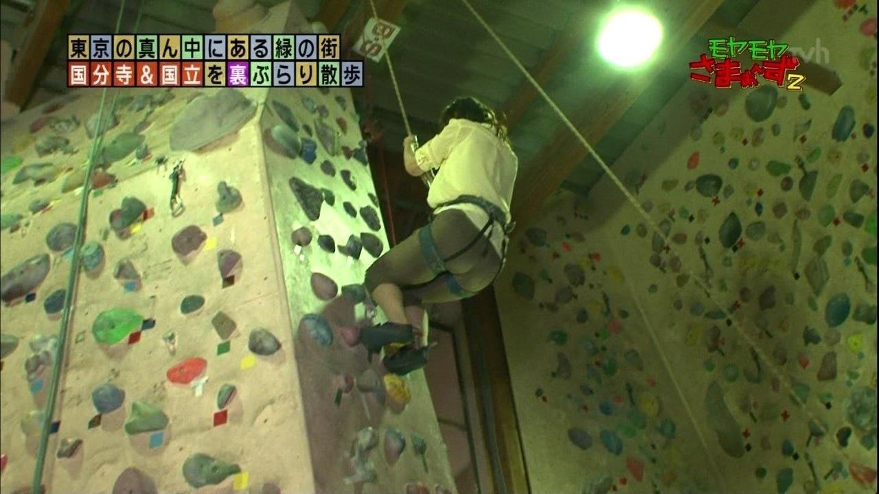 「モヤモヤさまぁ~ず2」でロッククライミングする狩野恵里アナのお尻