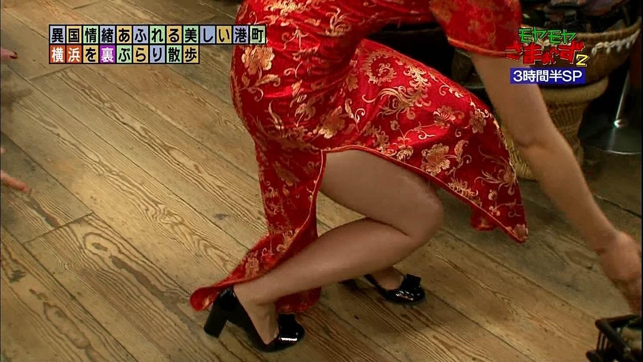 モヤさまでチャイナドレスを着た狩野恵里アナの脚
