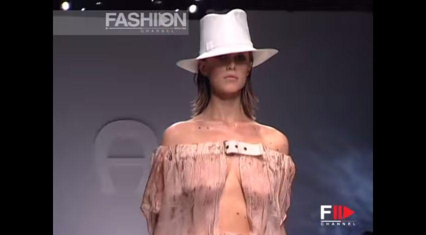 ファッションショーでシースルーの服を着て胸が丸見えの白人モデル