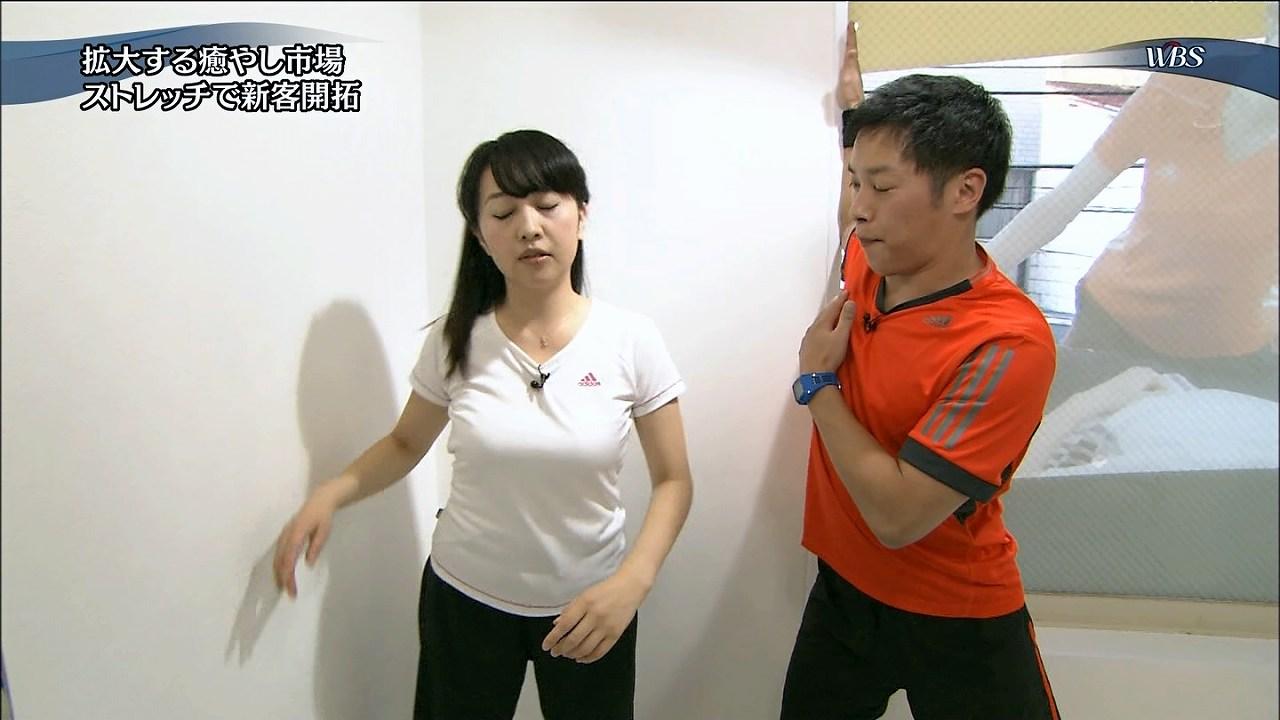 ワールドビジネスサテライトで白いTシャツを着てストレッチをする相内優香アナ