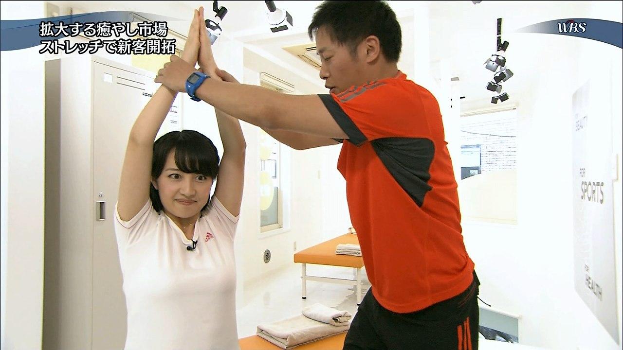 テレ東「ワールドビジネスサテライト」でストレッチをする相内優香アナ