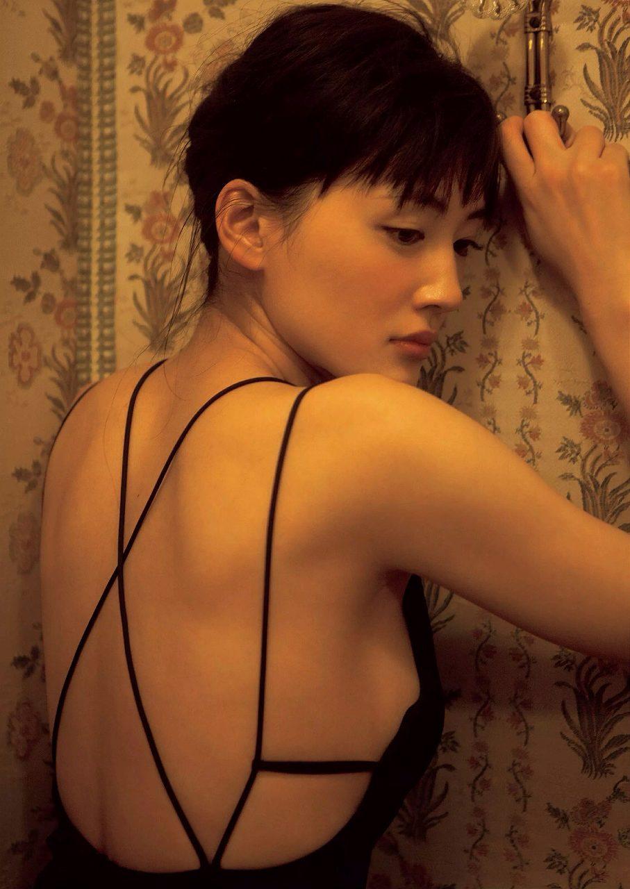背中の大きく開いたドレスを着た綾瀬はるかのグラビア