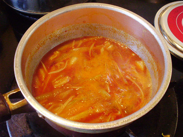 野菜スープに赤唐辛子を加えて