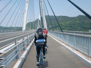生口橋を渡る