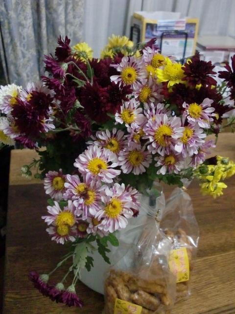 菊のお花とおいしいおせんべい