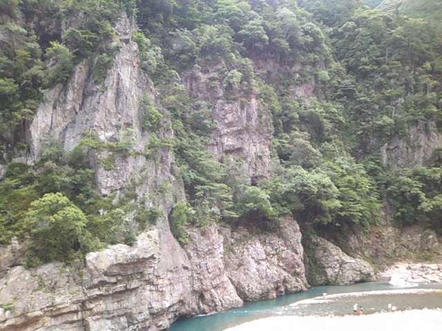 峡谷の岩壁