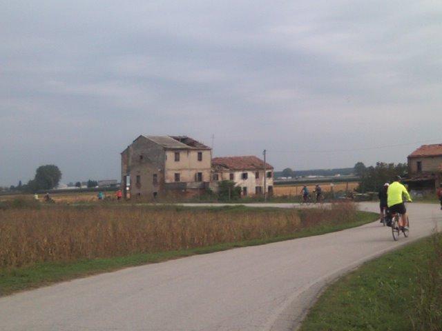 イタリアの農道(?)を行く