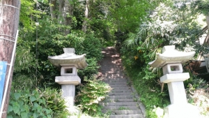 大江広元・島津忠久の墓への入口