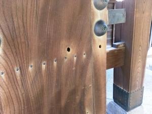山門に残る銃弾の跡
