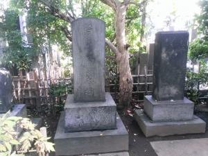 梅翁花樽碑(中央)と月の碑(右)