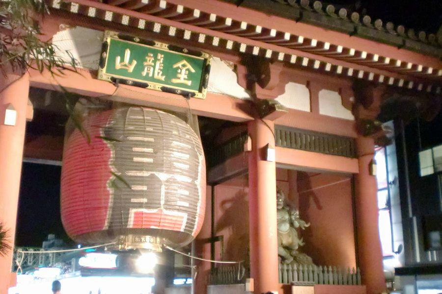 元旦の浅草寺。多くの参拝客で賑わう