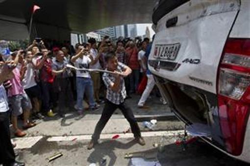 中国反日デモ-車両破壊