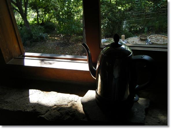 秋の光、窓辺の石