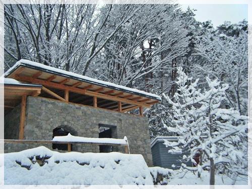 草屋根に積もる雪
