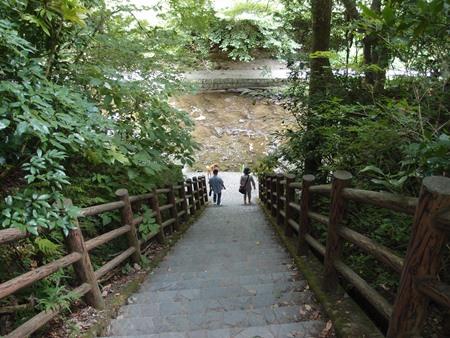遊歩道へ降りる階段