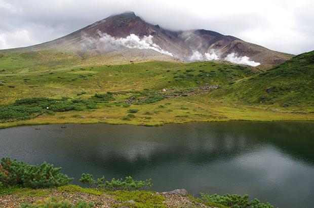 夫婦池と旭岳